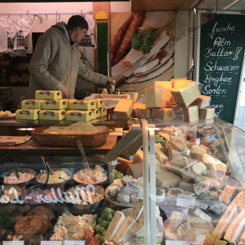 Almbutter und Schweizer Käse auf dem Bonner Markt